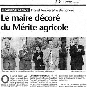 Sud-Ouest_oct_2003_le maire décoré du mérite agricole